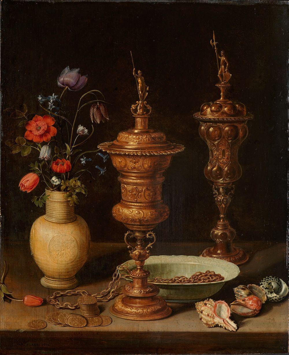 Stilleben mit Blumen und Goldpokalen