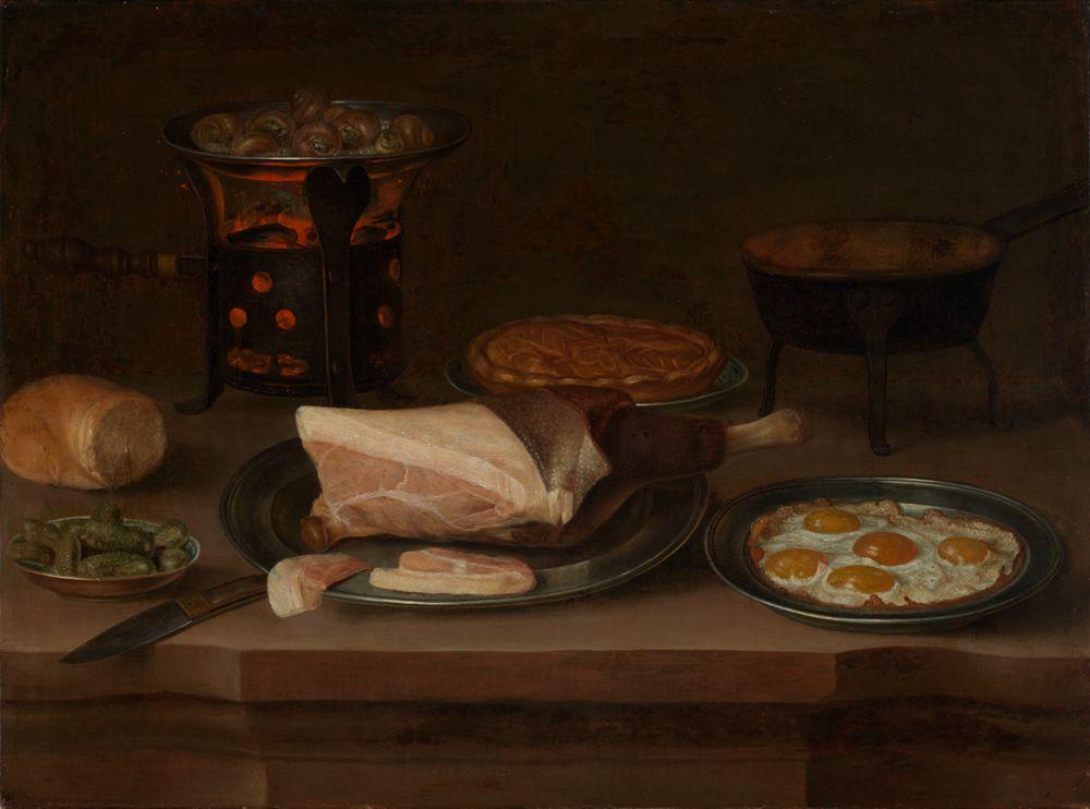 Frühstücksstillleben mit Schinken, Spiegeleiern und Schnecken