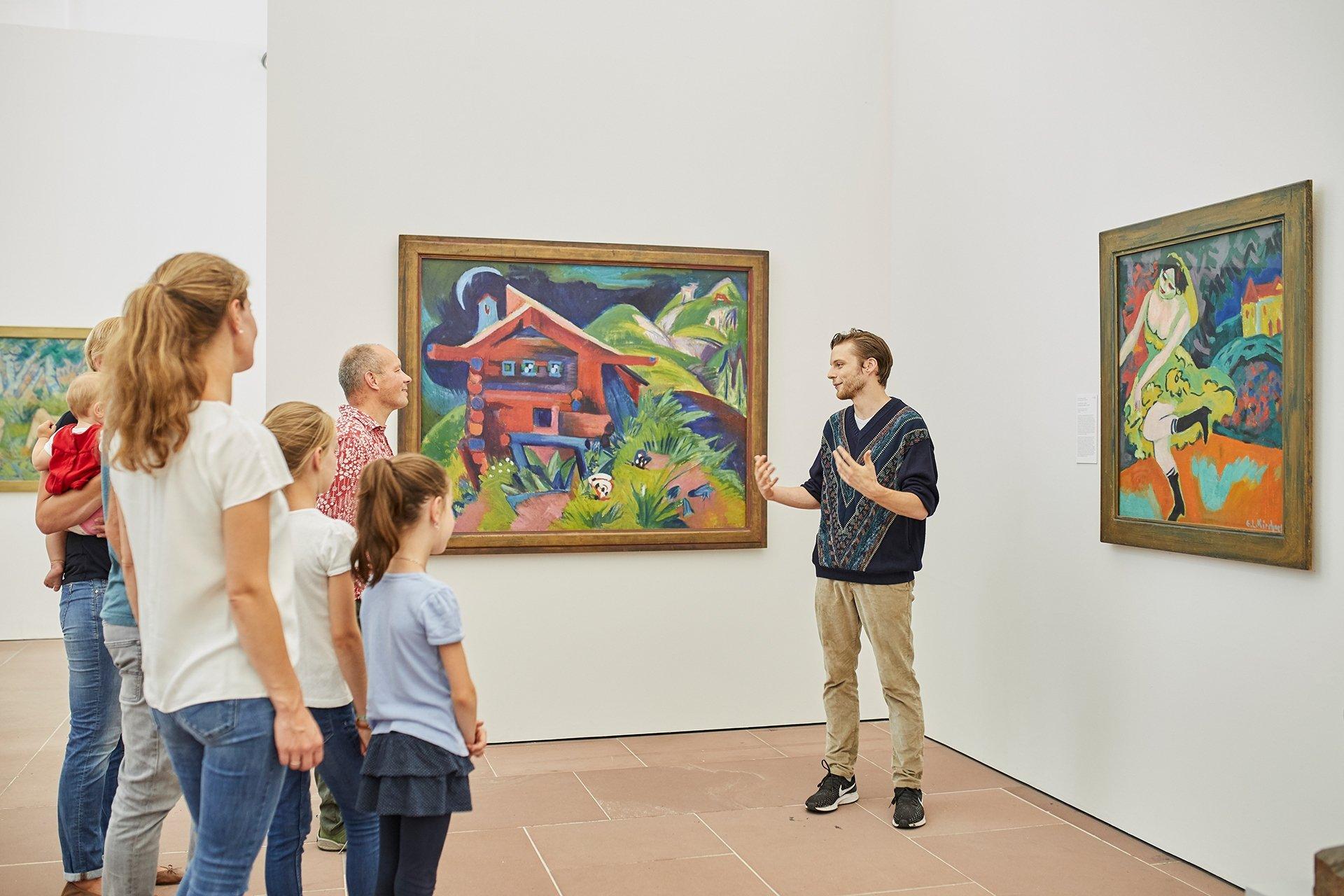 Foto einer Familien bei einer Führung in der Kunsthalle Karlsruhe