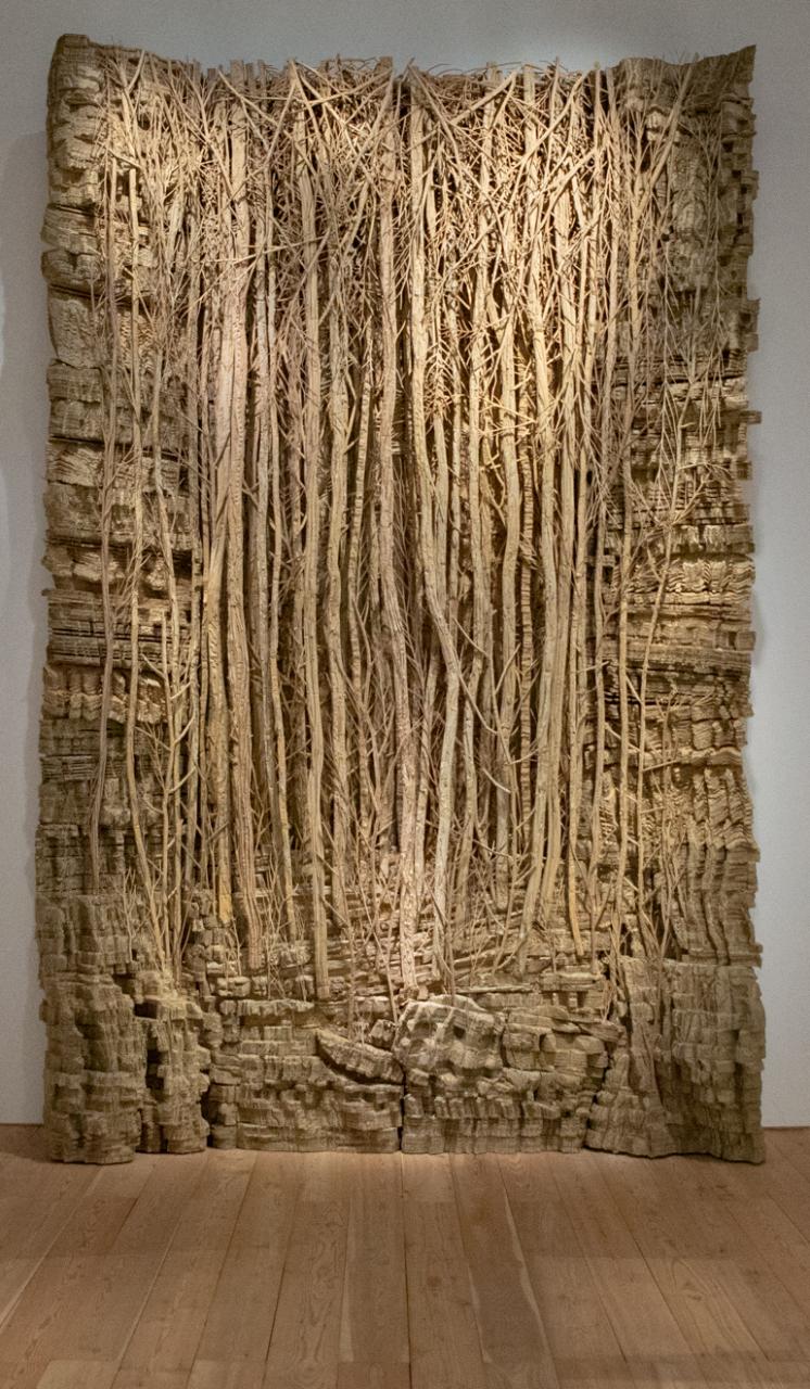 Aufnahme von Jospins Forêt corbe 2 - eine Arbeit aus Pappe, die den Eindruck eines Waldes erweckt.